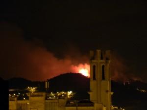 Les flames de l'incendi de Vallirana des de l'Església de Molins de Rei // Alonso Pallí