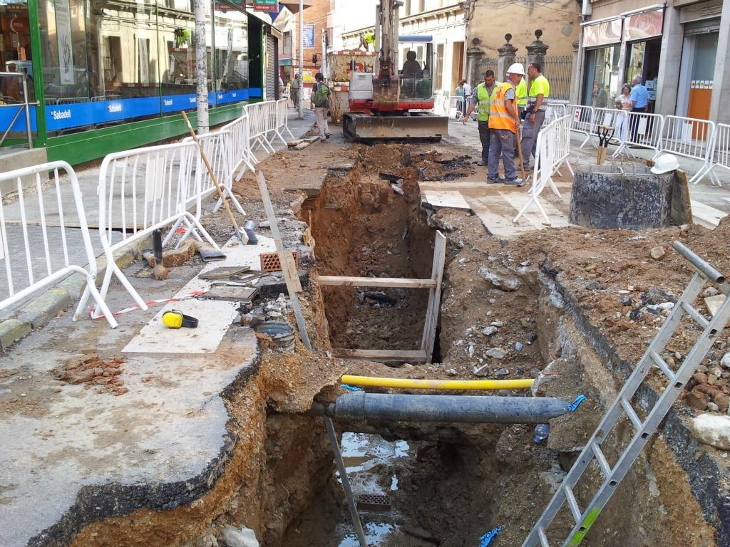 El mur medieval es pot veure al final de la rasa oberta fins ara per instal·lar el nou clavegueram del carrer Rafael Casanova // David Guerrero
