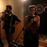 Ual·la sorprèn barrejant música i humor crític al Músiques Invisibles