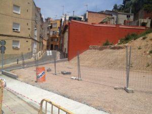 On abans hi havien cases, al carrer Sant Pere de Romaní es podrà aparcar