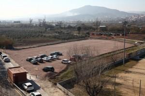 El terreny situat al carrer Felip Canalias del barri del Canal, al costat del camp de futbol, serà on es construirà el nou institut // Ajuntament de Molins de Rei