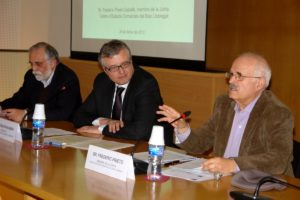 Carles Riba i Frederic Prieto (a l'esquerra i a la dreta) amb Joaquim Balsera (al centre) durant la presentació del manifest // Consell Comarcal del Baix Llobregat