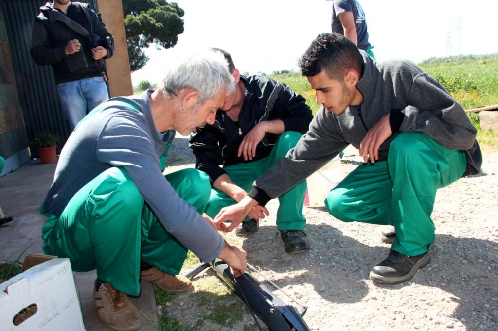 Pagesos amb experiència han estat els encarregats de formar als alumnes. A la dreta, Hassan // Xavier Farré