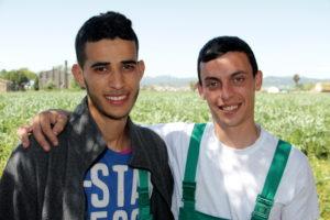 El Hassan i l'Oriol són dos joves molinencs que participen al curs formatiu del Parc Agrari del Baix Llobregat // Xavier Farré