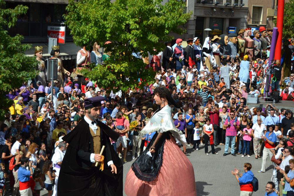 La plaça de la Vila es va omplir de gom a gom per felicitar als Gegants // Elisenda Colell