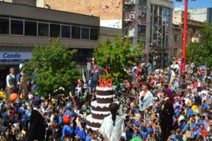 Una trobada multitudinària ha arrencat el centenari dels gegants. // Elisenda Colell