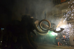 Una de les bèsties que ha causat més impacte entre els assistents ha estat el mamut, de la colla de diables de Sant Vicenç dels Horts. // Elisenda Colell