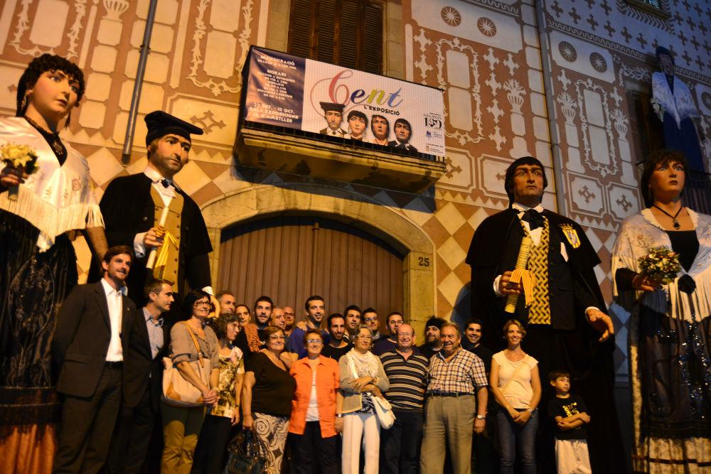 Miquel Burgès, envoltat de l'alcalde i el primer tinent d'alcalde, va demanar que totes les persones que han fet possible l'exposició fóssin els primers a entrar-hi. // Elisenda Colell
