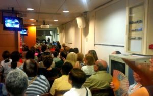 La sala Punt de Comerç del Mercat Municipal es va omplir de gom a gom // Jordi Julià