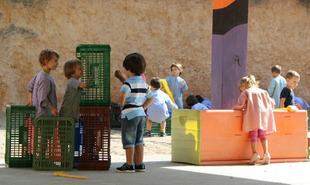 Un grup d'alumnes juga al pati de l'escola Castell Ciuró el primer dia de classe // David Guerrero