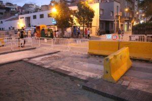 A la cruïlla amb el carrer Rubió i Ors coincideix el tram que s'ha obert als vehicles amb el tram per pavimentar // Jordi Julià