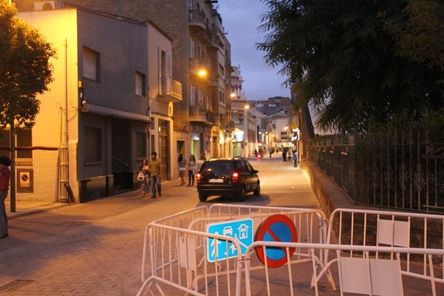 """Una senyal, de moment col·locada en una tanca, indica les noves condicions de """"carrer residencial"""" // Jordi Julià"""