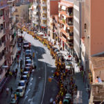 La Via Catalana creua Molins de Rei tenyint els carrers de groc