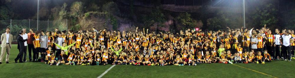 La gran família del Molins de Rei CF no cap en una fotografia // Jose Polo