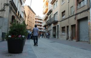 Jardineres, papereres i bancs formen el renovat mobiliari del carrer Rafael Casanova // David Guerrero