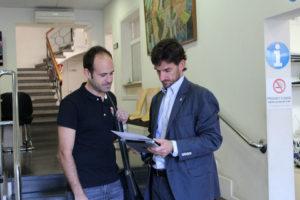 Lluís Ramos, responsable de la recollida, acompanyat del regidor d'Educació a l'Ajuntament // Jose Polo