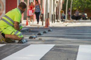Un operari treballant en les actuacions realitzades al carrer Sant Isidre // Ajuntament de Molins de Rei