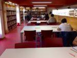 El terra de catifa ha estat substiuït per ceràmica i tant cadires com taules s'han renovat // Laura Herrero