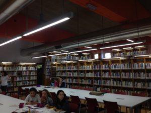 El canvi de les taules ha fet possible la creació de 19 llocs més a la part central de la biblioteca // Laura Herrero