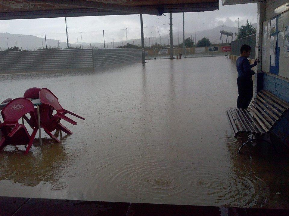 La pluja va inundar el municipal Ricard Ginebreda completament // Charo Prieto