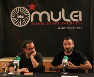 Toni Rico escolta una intervenció del molinenc Albert Botrán // Jose Polo