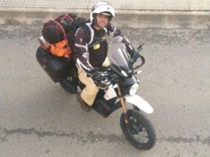 Albert Artés pujat a la seva moto elèctrica i amb l'equipatge a sobre // Albert Artés