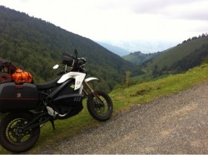 La moto elèctrica va portar al molinenc per tot tipus de carreteres // Albert Artés
