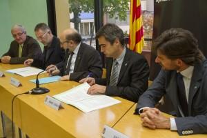 Generalitat, Ajuntament i part del comerç local van signar els convenis a la sala de plens // Ajuntament de Molins de Rei