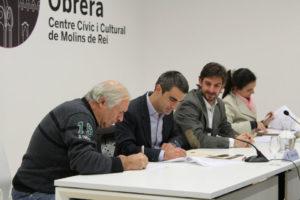 Josep Izquierdo, de l'Assocació Futbol Sala Molins de Rei, signant el conveni amb els responsables municipals // Jose Polo