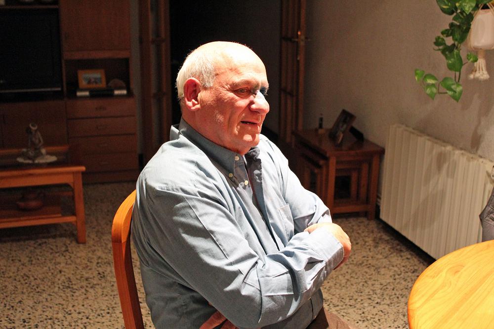 L'avi tramoia rep als periodistes a casa seva, on guarda més d'un record de Pastorets // Jose Polo