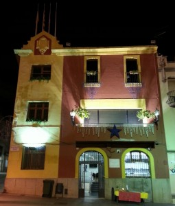L'Ajuntament es va il·luminar a partir de les 20.30h de dissabte // J.R.