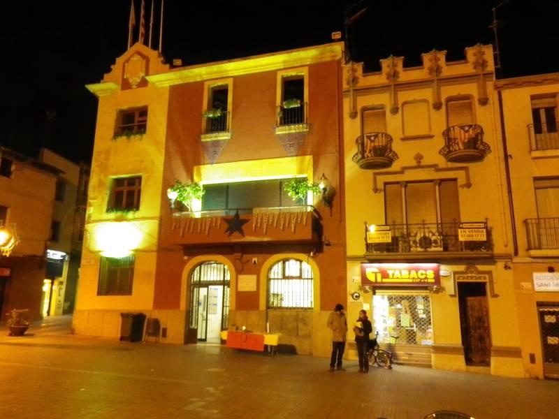 L'Ajuntament es va il·luminar de manera especial la nit del 30 de novembre contra la pena de mort // Amnistia Internacional