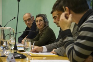 Representants de l'Ajuntament i de Coop57 van signar el conveni a la sala de plens // Ajuntament de Molins de Rei