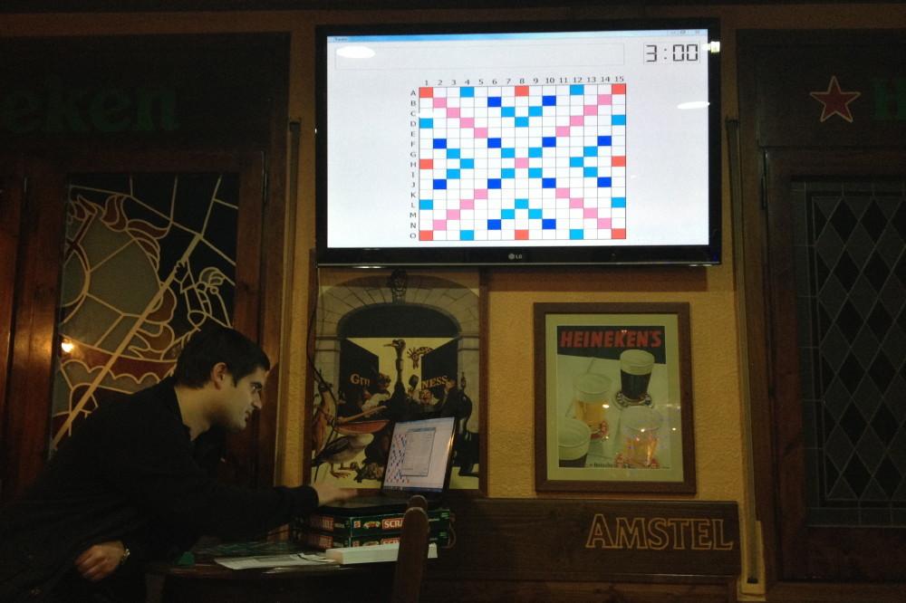 Una pantalla reproduïa el tauler amb les millors jugades que anava marcant el camí del joc // Mots i Més a Molins