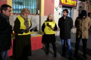 Les responsables d'Amnistia Internacional Pla de Llobregat van llegir el manifest acompanyats de l'alcalde i diversos regidors // J.R.