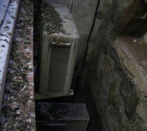 Els excrements de colom s'acumulen arreu del pati interior // Iniciativa per Molins de Rei