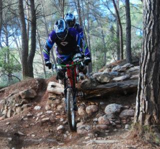 Tandem Down Hill en ple descens pel circuit de Sant Andreu de la Barca // Alena Arregui