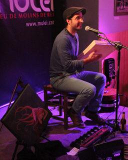 Guillem Ballaz va demostrar que una sola persona pot tocar al mateix temps la guitarra, el violí i el pandero, gràcies a una màquina de bases accionada amb pedals // Jordi Julià