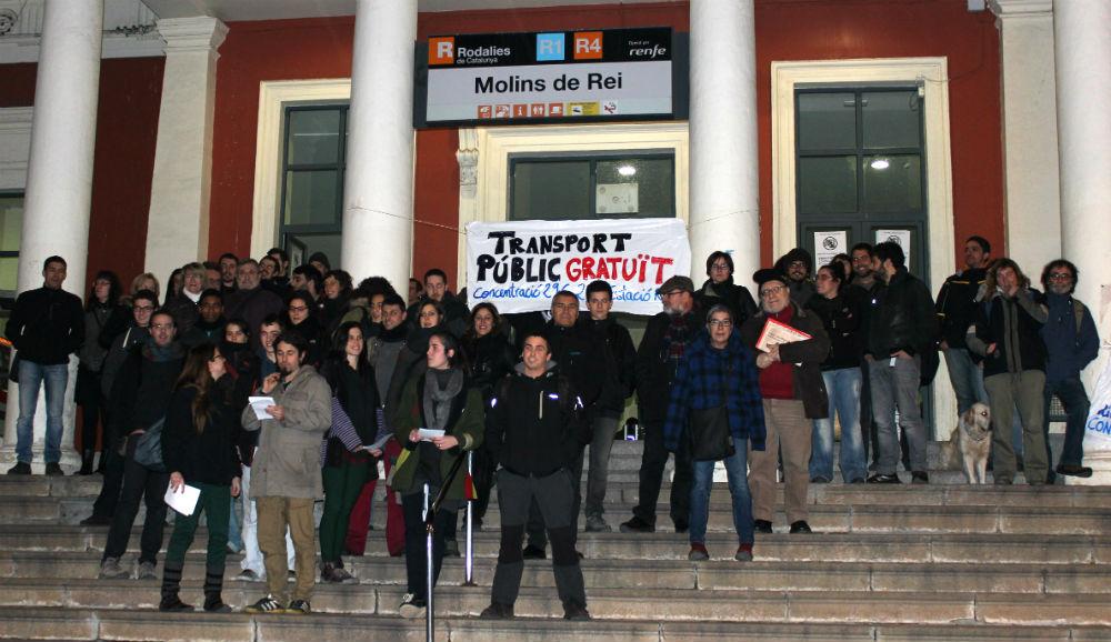 Els manifestants a les escales de l'estació de Molins de Rei // Jose Polo