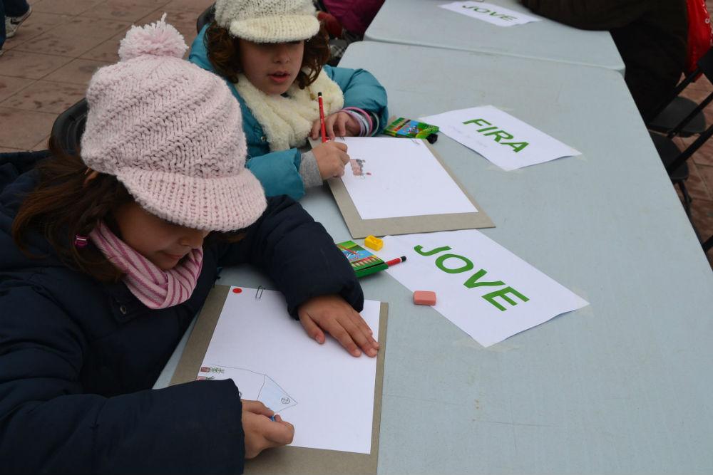Dues nenes participant al concurs de dibuix Josep Maria Madorell // Elisenda Colell