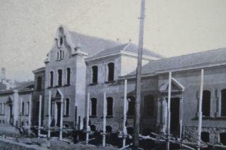 L'antiga façana de l'escola Alfons XVII, amb el frontó a la part superior. // ACM