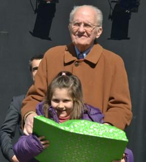 Pere Madoerll, germà del dibuixant, entregant el premi a Maria Ávila. // Elisenda Colell