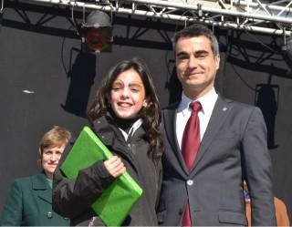Laura Sagristà, guanyadora de la categoria dels més grans, amb l'alcalde, Joan Ramon Casals // Elisenda Colell