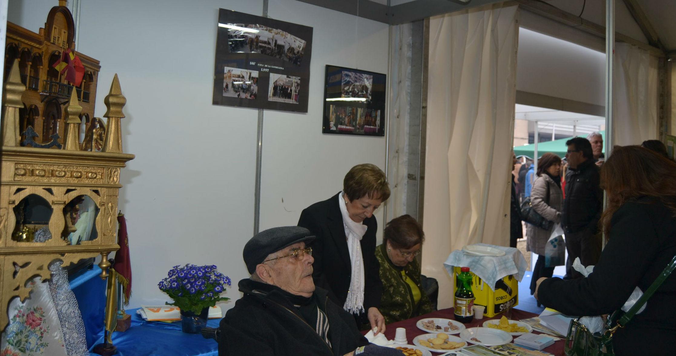 La Agrupación Lorquina, a la fotografia, o la Casa Andalucía, es donaven a conèixer a la Fira d'Entitats // Elisenda Colell