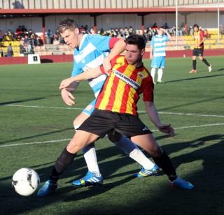 Àlex Agudo, autor de dos gols, protegeix una pilota davant el defensa rival // Jose Polo