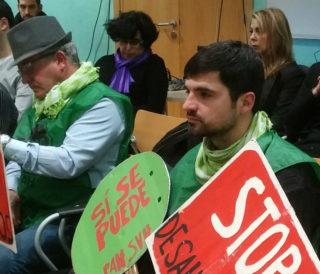 Un dels activistes de la PAH amb les seves pancartes // Jose Polo