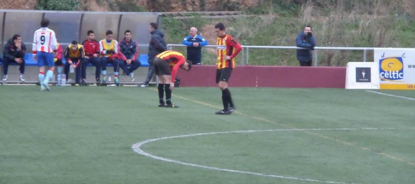 Joan Torelló i Joan Gosa abaixen la mirada fatigats en un moment del partit // Adrià Casaín