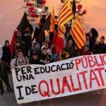 Un grup d'estudiants marxen en defensa de l'educació pública