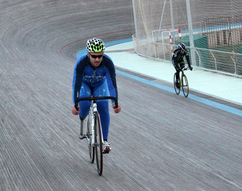 Santi Prat pedaleja al velòdrom d'Horta // Jose Polo