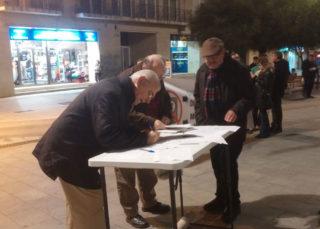 Un home s'atura a signar les en contra de la pujada del preu del transport públic // Jose Polo